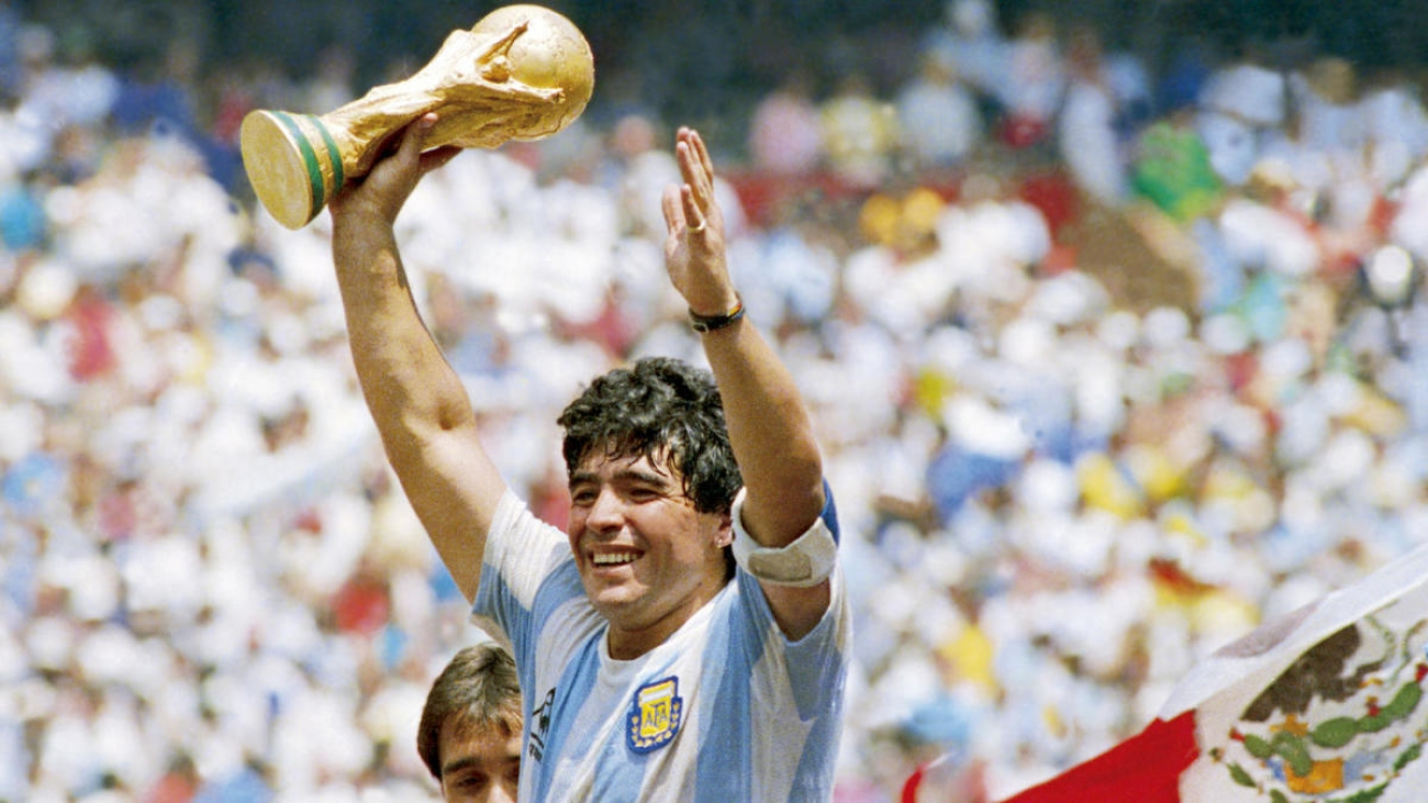 MEXICO CITY, MEXICO - JUNE 29: Diego Maradona of Argentina holds the World Cup trophy after defeating West Germany 3-2 during the 1986 FIFA World Cup Final match at the Azteca Stadium on June 29, 1986 in Mexico City, Mexico. (Photo by Archivo El Grafico/Getty Images)